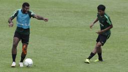 Pemain Timnas Indonesia U-22, Marinus Wanewar, mengontrol bola saat latihan di Stadion Madya, Jakarta, Kamis (17/1). Latihan ini merupakan persiapan jelang Piala AFF U-22. (Bola.com/Yoppy Renato)