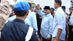 Capres nomor urut dua Prabowo Subianto menghadiri acara Gerakan Emas di Lapangan stadion Perumnas Klender, Jakarta Timur,Rabu (24/10). Prabowo mengajak warga dan anak-anak di seluruh Indonesia  harus bisa minum susu setiap hari. (Merdeka.com/Imam Buhori)