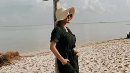 Topi rupanya sudah menjadi salah satu fashion item yang tak boleh dilewatkan oleh kekasih Atta Halilintar ini. Penampilan Aurel Hermansyah dengan topi pantai berwarna krem membuat ia makin terlihat memesona.  (Liputan6.com/IG/@aurelie.hermansyah)