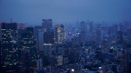 Gambar pada 19 Agustus 2019 memperlihatkan pemandangan cakrawala Tokyo terlihat dari dek observasi Menara Roppongi Hills. Wisatawan dapat melihat berbagai gedung pencakar langit yang semua tertata rapi di kota terkenal sibuk ini. (AP Photo/Jae C. Hong)