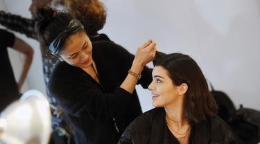 Model Kendall Jenner saat mempersiapkan dirinya sebelum tampil dalam Michael Kors Autumn/Winter 2017 dalam acara New York Fashion Week di Manhattan, AS (15/2). (Jamie McCarthy / Getty Images untuk Michael Kors / AFP)