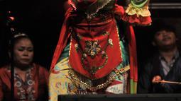 Kelompok sanggar Setia Warga dan Kampus Betawi memainkan Tari Topeng Betawi berjudul Sedapur dalam perayaan HUT ke-50 Taman Ismail Marzuki (TIM), Jakarta, Rabu (7/11). Perayaan HUT TIM ini bertema Seni Bersama, Berama Seni. (Merdeka.com/Iqbal S Nugroho)