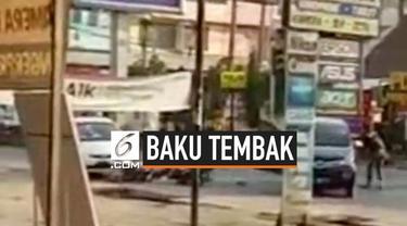 Baku tembak antara polisi dan pelaku kejahatan terjadi di Lampung tengah, minggu (4/8). Penjahat berhasil kabur, dan polisi masih melakukan pengejaran.