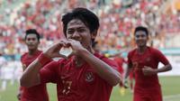 Bek Indonesia, Firza Andika, melakukan selebrasi usai membobol gawang Yordania pada laga persahabatan di Stadion Wibawa Mukti, Jawa Barat,  Sabtu (13/10/2018). (Bola.com/M Iqbal Ichsan)