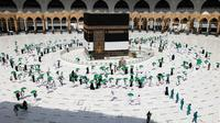 Jemaah mengelilingi Kabah pada awal musim haji di Masjidil Haram, Mekkah, Arab Saudi, Sabtu (17/7/2021). Jemaah haji 2021 sudah memulai rangkaian ibadah. (FAYEZ NURELDINE/AFP)