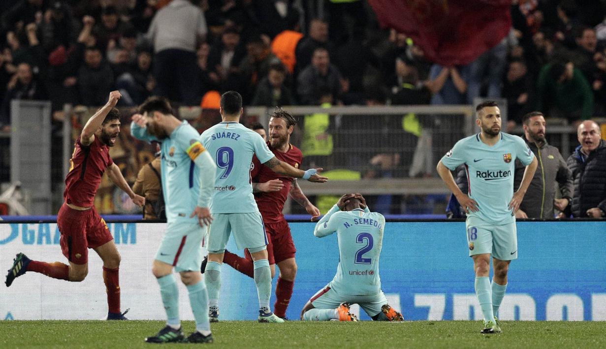 Para pemain AS Roma merayakan gol yang dicetak oleh Kostas Manolas ke gawang Barcelona pada laga leg kedua perempat final Liga Champions, di Stadion Olimpico, Selasa (10/4/2018). AS Roma menang 3-0 atas Barcelona. (AP/Andrew Medichini)