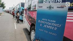 Puluhan bus membawa warga Nahdliyin diberangkatkan dalam Mudik Bareng Berkah di Jakarta, Kamis (30/5). Bank Mandiri memberangkatkan 3.625 pemudik warga Nahdliyin ke 37 kota di Jawa, Lampung dan Madura dengan 60 Bus. (Liputan6.com/Faizal Fanani)