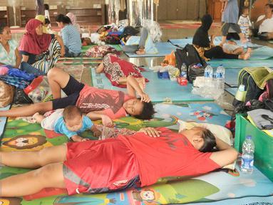 Warga korban banjir di wilayah Cipinang Melayu mengungsi ke Masjid Universitas Borobudur, Jakarta Timur, Senin (20/2). (Liputan6.com/Yoppy Renato)