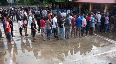Warga Timor Leste mengantre untuk menggunakan hak pilih mereka di tempat pemungutan suara (TPS) di Dili, Senin (20/3). Sedikitnya 1,2 juta warga akan memilih presiden baru, menggantikan Presiden Taur Matan Ruak. (Valentino DARIEL SOUSA/AFP)