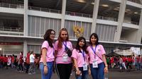 wanita-wanita cantik berbaju pink yang siap membantu suporter yang kebingungan saat hendak masuk ke SUGBK, jelang laga Timnas Indonesia U-19 kontra Jepang, Minggu (28/10/2018). (Bola.com/Beneditus Gerendo Pradigdo)