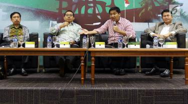 Wakil Ketua DPR Fadli Zon, Anggota DPR Fraksi PDIP Maruarar Sirait, Rektor Universitas Ibnu Chaldun Prof Umar dan Pengamat SMRC Sirajudin Abbas saat menjadi pembicara dalam diskusi Dialektika Demokrasi di Jakarta, Kamis (21/3). (Liputan6.com/Johan Tallo)