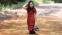 Putri, salah seorang model foto jalan berlubang dan berlumpur di Sumatera Selatan. foto: Robby Ari Sanjaya
