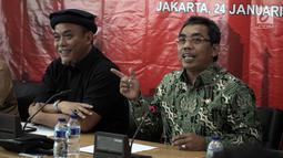 Ketua Fraksi PDI Perjuangan DPRD DKI Jakarta Gembong Warsono (kanan) memberikan keterangan pers di Gedung DPRD DKI Jakarta, Rabu (24/1). PDI-P juga menyoroti pembentukan tim gubernur untuk percepatan pembangunan (TGUPP). (Liputan6.com/Arya Manggala)