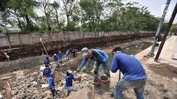 Pekerja Dinas Sumber Daya Air Jaktim menyelesaikan perbaikan turap di daerah aliran Kali Sunter, Jakarta, Rabu (31/10). Perbaikan ini merupakan bagian proyek normalisasi kali guna antisipasi banjir di kala musim penghujan. (Merdeka.com/Iqbal S. Nugroho)