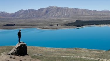 Turis berpose di Observatorium Mount John di Danau Tekapo, Selandia Baru (6/10). Danau ini terbesar kedua dari tiga danau paralel di utara-selatan sepanjang tepi utara Lembah Sungai Mackenzie di Pulau Selatan Selandia Baru. (AP Photo/Mark Baker)