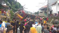 Kereta rel listrik (KRL) Commuterline yang anjlok dan menabrak tiang listrik di Kebon Pedes, Kota Bogor, mengundang perhatian warga sekitar. (Liputan6.com/Achmad Sudarno)