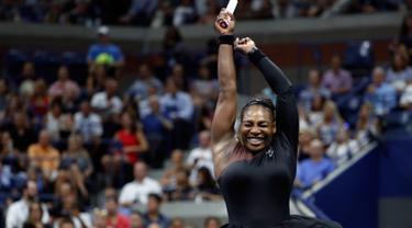 Petenis AS, Serena Williams berselebrasi setelah mengalahkan Karolina Pliskova dari Ceko pada perempat final turnamen AS Terbuka di New York, Selasa (4/9). Serena memastikan diri lolos ke babak semifinal berkat kemenangan 6-4 dan 6-3. (AP/Adam Hunger)