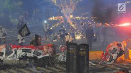 Massa aksi melemparkan kembang api dan petasan ke blokade polisi di sekitar depan gedung Bawaslu, Jalan MH Thamrin, Jakarta, Rabu (22/5/2019). Aksi unjuk rasa itu dilakukan menyikapi putusan hasil rekapitulasi nasional Pemilu serentak 2019. (Liputan6.com/Angga Yuniar)