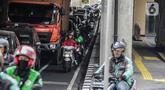 Sejumlah kendaraan roda dua melintas di jalur sepeda di Cipete Raya, Jakarta, Jumat (22/11/2019). Walaupun kendaraan yang melewati jalur sepeda akan dikenai sanksi denda Rp500.000, masih banyak pengendara yang masih bandel melintas dikarenakan kepadatan arus lalu lintas. (Liputan6.com/Faizal Fanani)