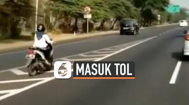 Rekaman seorang wanita berkendara menggunakan motor di jalan tol Gunungsari, Surabaya. Hal ini ia lakukan karena mengikuti arah jalan yang ada di Google maps.