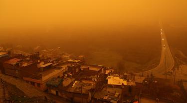 Pemandangan saat badai pasir menerjang Kota Diyarbakir di Turki, Jumat (19/1).  Terjangan badai pasir tampak mengubah langit jadi kuning dan menghalangi daya pandang. (AFP PHOTO / Ilyas AKENGIN)