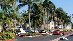 Reruntuhan pesawat kecil yang jatuh ke area parkir pusat perbelanjaan di Santa Ana, California, Senin (6/8). Pesawat menghantam mobil tak berpenumpang di tempat parkir saat sang pemilik mobil berada di pusat perbelanjaan. (AP/Jae C. Hong)