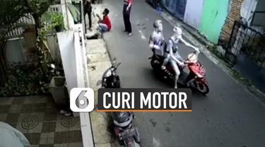 Detik-detik dua manusia silver mencuri sebuah sepeda motor terekam kamera cctv.