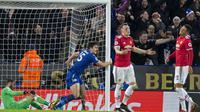Bek Leicester City, Harry Maguire, melakukan selebrasi usai membobol gawang Manchester United pada laga Premier League di Stadion King Power, Minggu (24/12/2017). Kedua tim bermain imbang 2-2. (AFP/Roland Harrison)