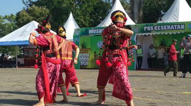 Tari Topeng Cirebon Dari Polwan Cantik di Posko Mudik