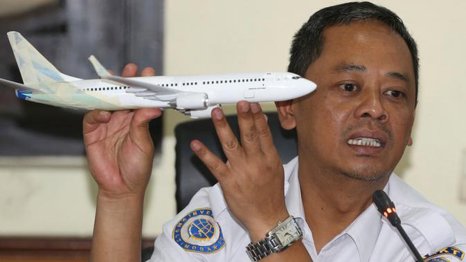 Ketua Subkomite Investigasi KNKT, Nurcahyo Utomo merilis temuan awal jatuhnya pesawat Lion Air PK-LQP di Jakarta, Rabu (28/11). Data kotak hitam, pilot berulang kali berupaya membawa pesawat naik kembali sebelum kehilangan kontrol. (AP/Achmad Ibrahim)