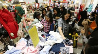 Pengunjung berebut pakaian pada pembukaan Centro Department Store di Pesona Square Depok, Kamis (20/12). Menjelang libur natal dan tahun baru, masyarakat mulai berburu diskon. (Liputan6.com/Fery Pradolo)