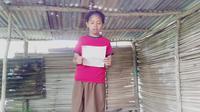Foto : Merci Kase saat membawakan puisi di hari pendidikan nasional 2020 (Liputan6.com/Ola Keda)