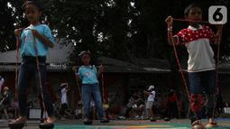 Anak-anak bermain egrang batok pada Pekan Kebudayaan Nasional di Istora Senayan, Jakarta, Sabtu (12/10/2019). Perhelatan yang digelar Direktorat Jenderal Kebudayaan Kemendikbud RI itu menampilkan pagelaran seni dan budaya Indonesia, termasuk aneka permainan tradisional. (Liputan6.com/Angga Yuniar)