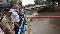 Gubernur DKI Jakarta Anies Baswedan (tengah) saat melakukan memantau Pintu Air Manggarai, Jakarta, Selasa (30/1). Sebagai Ibu Kota, Jakarta menghasilkan sekitar 7.000 ton sampah per hari. (Liputan6.com/Arya Manggala)