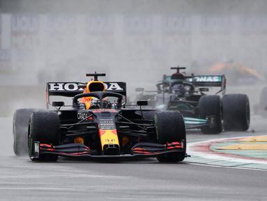 Pembalap Red Bull Max Verstappen memimpin pembalap Mercedes Lewis Hamilton dan pembalap Ferrari Charles Leclerc pada ajang balap F1 GP Emilia Romagna di Sirkuit Imola, Italia, Minggu (18/4/2021). Max Verstappen keluar sebagai juara diikuti Lewis Hamilton dan Lando Norris. (AP Photo/Luca Bruno)