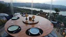 Foto yang diabadikan pada 16 Juni 2020 ini menunjukkan pemandangan yang dapat dinikmati dari zona aman di sebuah restoran di Istanbul, Turki. Sebuah restoran kelas atas di Sutluce, suatu kawasan di sisi Eropa Kota Istanbul, membuat pelanggannya merasa tenang di dalam zona aman. (Xinhua/Osman Orsal)