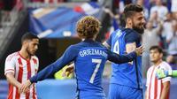 Striker timnas Prancis, Olivier Giroud (kanan) bersama Antoine Griezmann, merayakan gol ke gawang Paraguay pada laga persahabatan di Rennes, Jumat (2/6/2017). (AFP/Damien Meyer)