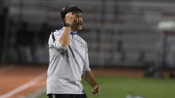 Pelatih Timnas Indonesia U-22, Indra Sjafri, memberikan instruksi saat melawan Thailand pada laga SEA Games 2019 di Stadion Rizal Memorial, Manila, Selasa (26/11). Indonesia menang 2-0 atas Thailand. (Bola.com/M Iqbal Ichsan)