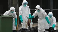 Seorang petugas membuang ayam mati ke plastik hitam sampah di sebuah pasar di Hong Kong, (7/6).  Pihak berwenang memutuskan untuk menangguhkan perdagangan unggas hidup setelah pemeriksaan menunjukkan adanya virus flu burung H7N9. (REUTERS/Bobby Yip)