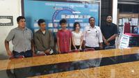 Wanita muda yang viral geleng-geleng kepala di pinggir jalan dan dua temannya di BBN Pekanbaru. (Liputan6.com/M Syukur)