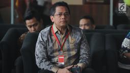 Sekjen DPR RI Indra Iskandar berada di ruang tunggu Gedung KPK, Kamis (16/5/2019). Indra Iskandar menjalani pemeriksaan sebagai saksi untuk tersangka anggota Komisi VI DPR Bowo Sidik Pangarso pada kasus dugaan suap terkait kerja sama pengangkutan pupuk melalui pelayaran. (merdeka.com/Dwi Narwoko)