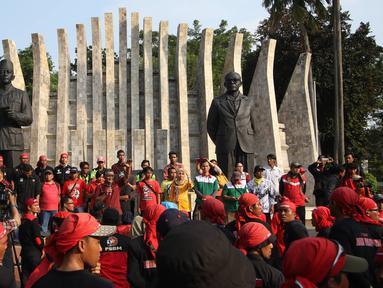Massa buruh dari berbagai elemen berorasi di Tugu Proklamasi, Jakarta, Jumat (20/11). Dalam aksinya, para buruh menuntut pencabutan Peraturan Presiden (PP) No.78 Tahun 2015 tentang pengupahan, tolak formula upah minimum. (Liputan6.com/Immanuel Antonius)