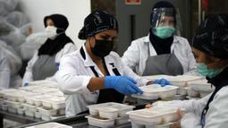 Para pekerja mengenakan masker saat menyiapkan makanan untuk para pasien COVID-19 dan orang-orang yang dikarantina di rumah di Ankara, Turki, 19 November 2020. Turki pada Kamis (19/11) melaporkan 4.542 pasien baru COVID-19. (Xinhua/Mustafa Kaya)