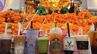 Berbagai macam minuman bubble tea menjadi persembahan untuk berdoa (Sumber: Facebook/Payunbud)