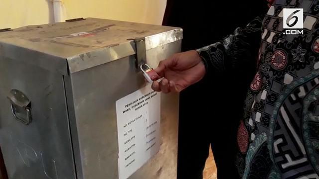 Wakil Wali Kota Tasikmalaya temukan kotak suara tak bersegel dan bukan produk resmi KPU yang akan digunakan sebagai alat pencoblosan pada pilkada serentak.