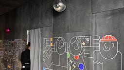 Seorang karyawan terlihat pada hari pembukaan kantor baru raksasa mesin pencari internet, Google, di Berlin, Selasa (22/1). Google kembali membuka kantor cabang yang baru di ibu kota Jerman tersebut. (Photo by Tobias SCHWARZ / AFP)
