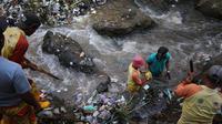 Petugas kebersihan Dinas Lingkungan Hidup Kota Malang mengangkut sampah yang memenuhi aliran Sungai Brantas (Liputan6.com/Zainul Arifin)