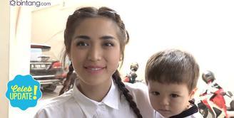 Jessica Iskandar tidak mau banyak komentar soal permasalahan Ayu Ting Ting dan Luna Maya. Saat ditanya pilih Ayu atau Luna, Jessica pun lebih memilih anaknya.