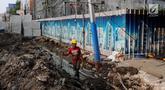 Pekerja membongkar saluran air (drainase) yang akan diperbaiki di jalan Hayam Wuruk, Jakarta Pusat, Selasa (20/11). Perbaikan dan pelebaran saluran air ini untuk mengantisipasi terjadinya banjir di kawasan tersebut saat hujan. (Liputan6.com/Johan Tallo)