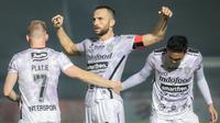 Pemain Bali United, Ilija Spasojevic (tengah) melakukan selebrasi usai mencetak gol ke gawang Borneo FC dalam laga pekan ke-5 BRI Liga 1 2021/2022 di Stadion Indomilk Arena, Tangerang, Selasa (28/09/2021). Kedua tim bermain imbang 1-1. (Bola.com/Bagaskara